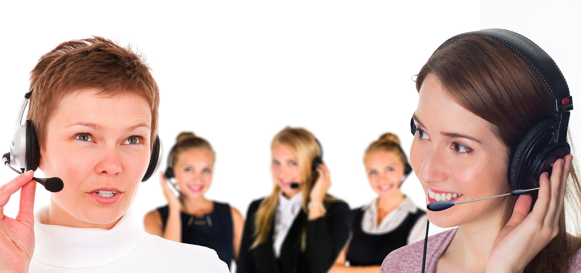 fünf Frauen mit Headset unterhalten sich