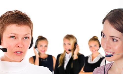 fünf Frauen sprechen mit Headset